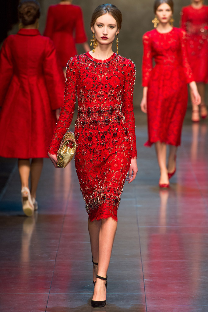 Abiti in pizzo rosso e macramè per la donna Dolce   Gabbana Autunno ... 0db45a1067a