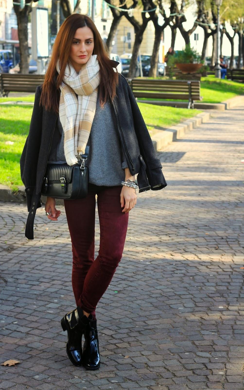Estremamente Sciarpa plaid color crema, stivaletti lucidi neri e pantaloni  LV93