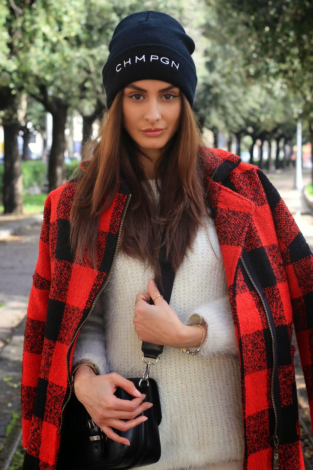 Plaid coat rosso e nero. Perché non abbinarlo ad un look tutto bianco  invece che al solito nero?