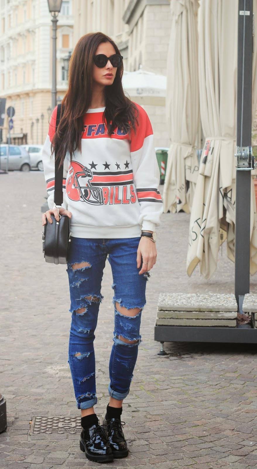 brave outfit jeans e felpa online