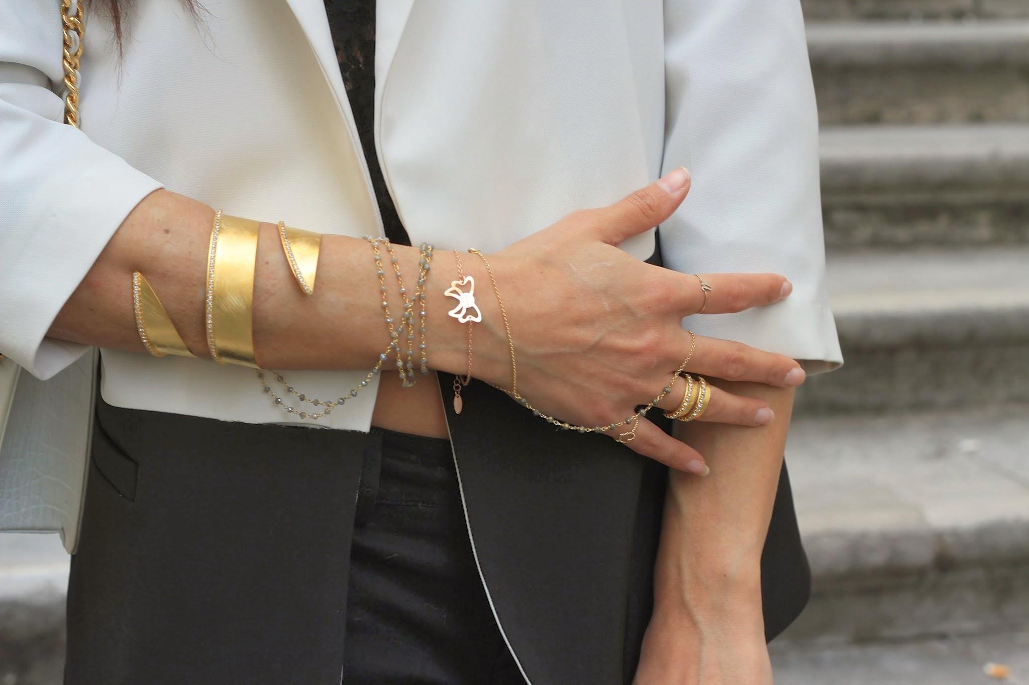 Un ouftit con giacca bicolore e dei gioielli con serpente per la nuova collezione New Moon!